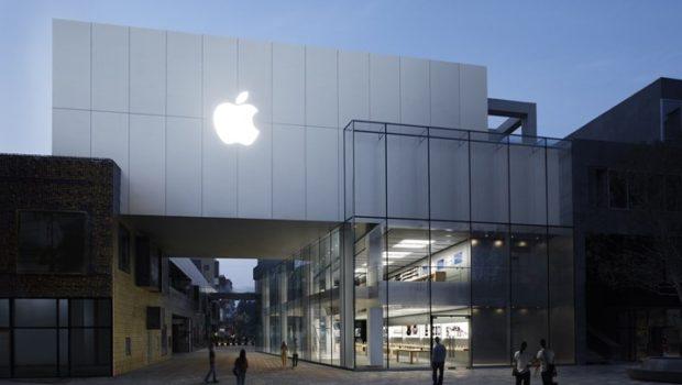 """Στο """"σφυρί"""" ένας από τους πρώτους υπολογιστές της Apple"""