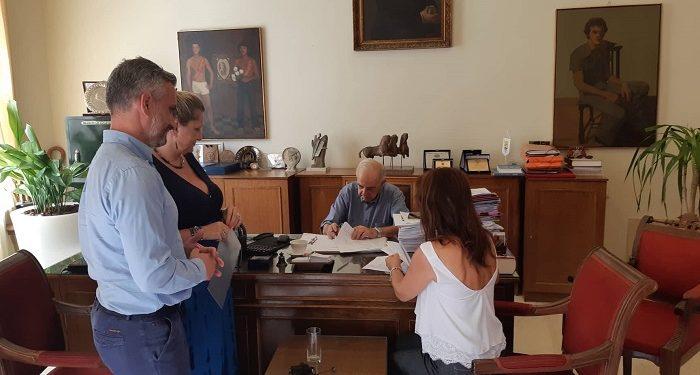 Υπογραφή σύμβασης για σχολικές αυλές